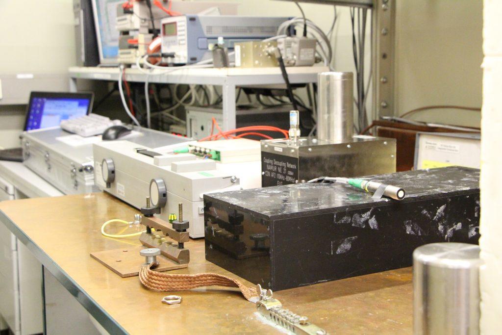 Ein Ultraschallsensor beim elektromagnetischen Test zur Störfestigkeit.