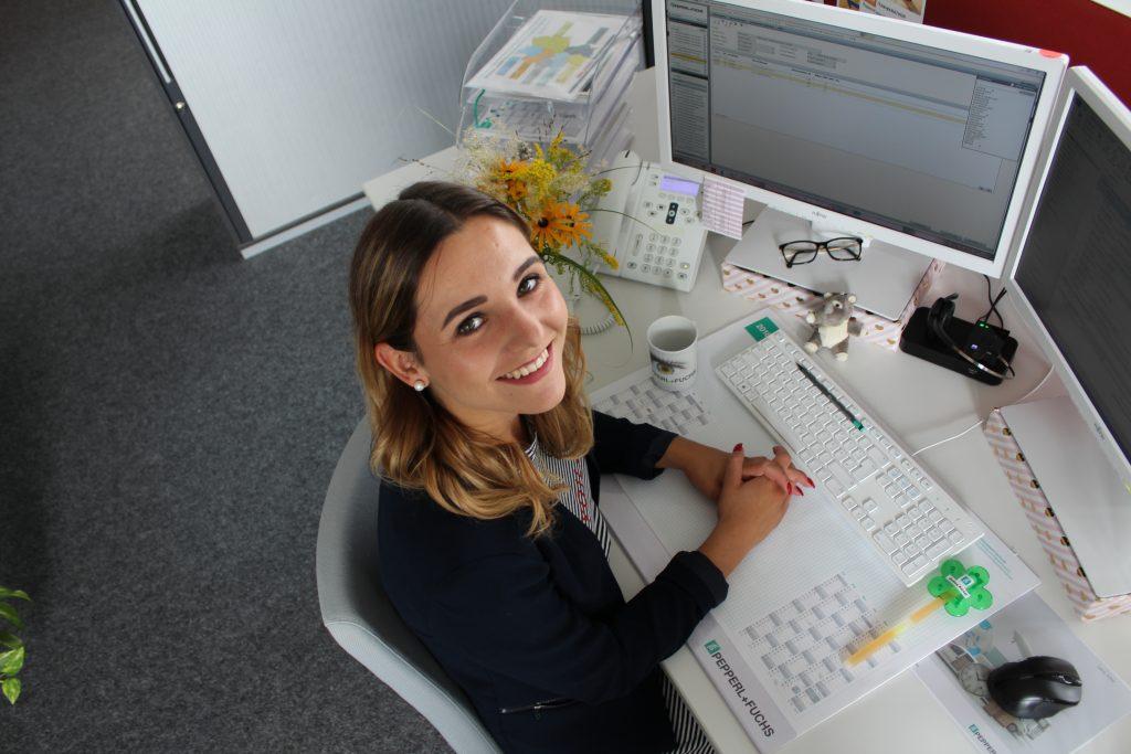 Lena an Ihrem Arbeitsplatz