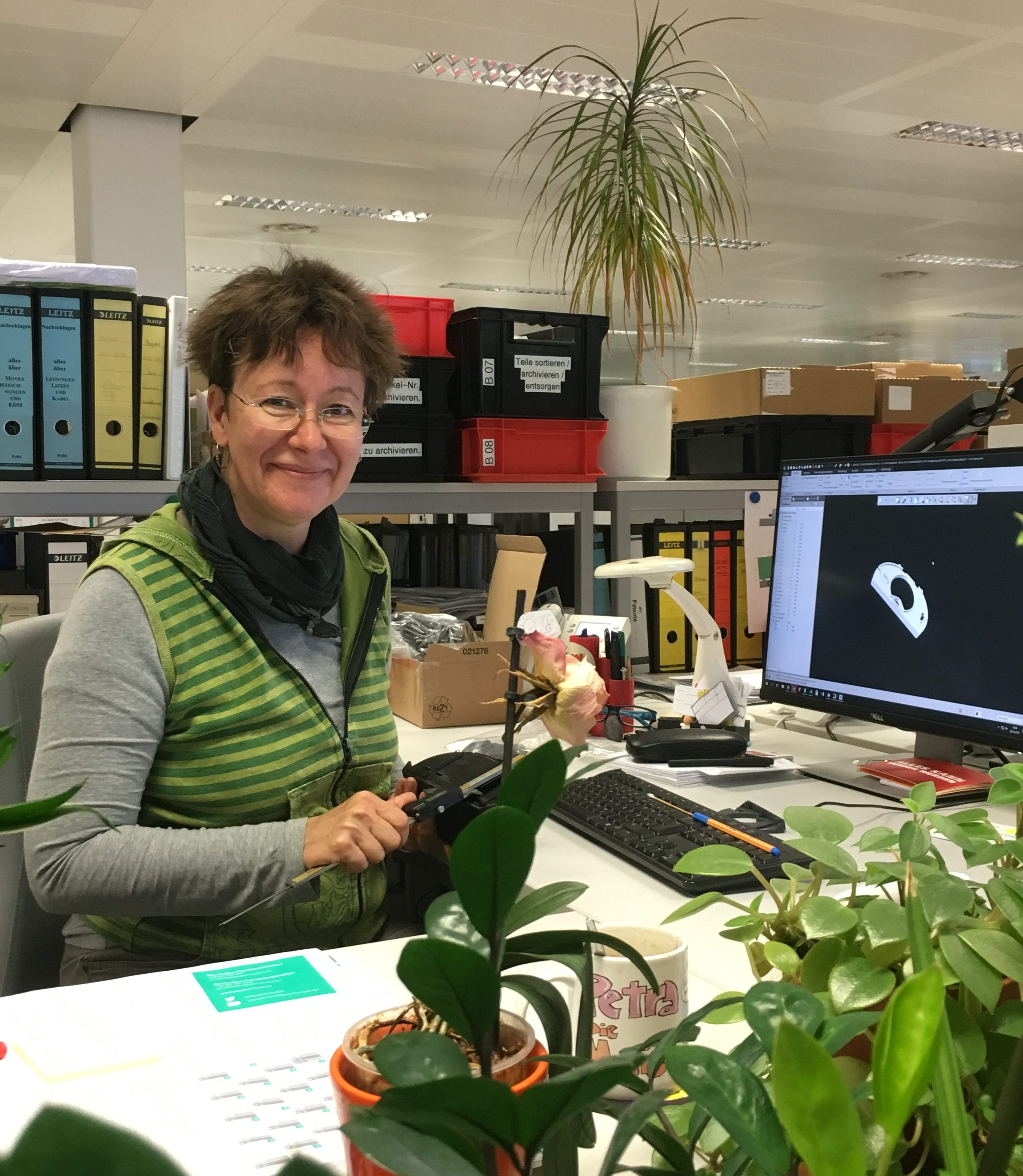 Konstrukteurin Petra an ihrem Arbeitsplatz