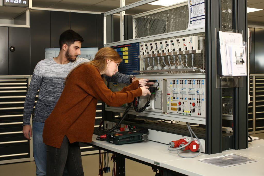 Duale Studenten an der Lerninsel im Ausbildungsbereich bei Pepperl+Fuchs