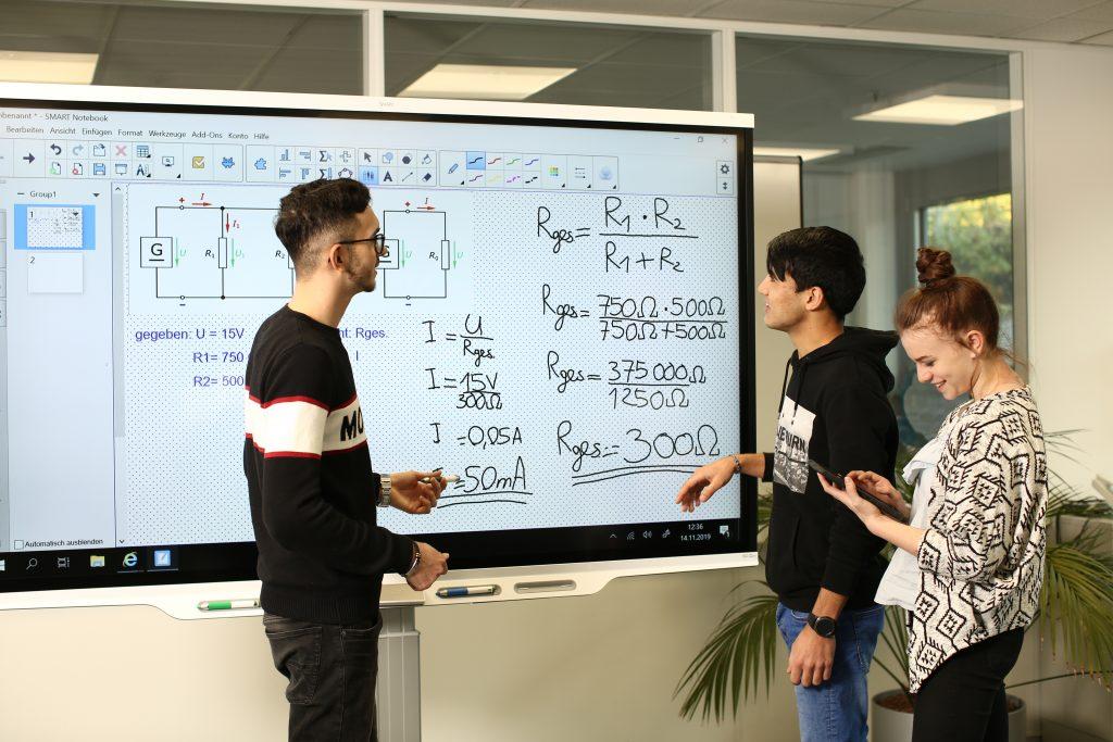 Auszubildende am Smartboard im Ausbildungsbereich bei Pepperl+Fuchs