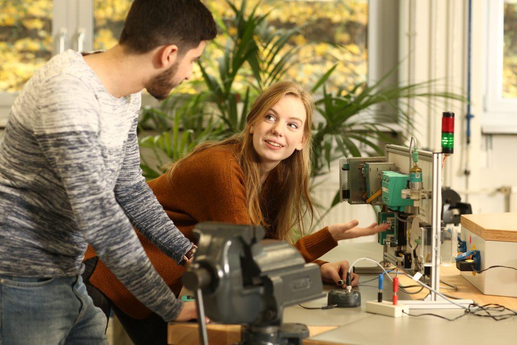 PRAKTISCHES TRAINING: An einem AS-Interface Experimentier-Board erarbeiten die Studierenden selbständig Wissen mithilfe verschiedener Tests